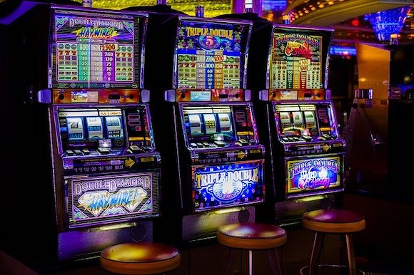 Mehrere Spielautomaten im Casino