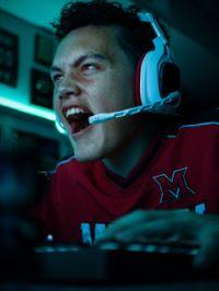 Spieler der beim Videospiele spielen Emotion zeigt